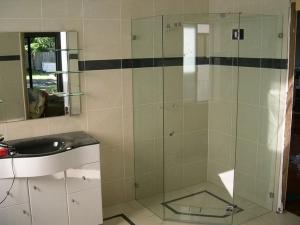 Стеклянные душевые кабины в ванную комнату
