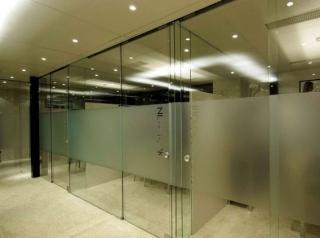 Раздвижная стеклянная перегородка для офиса