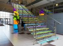 Стеклянная лестница из цветного стекла