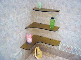Угловая стеклянная полка в ванной