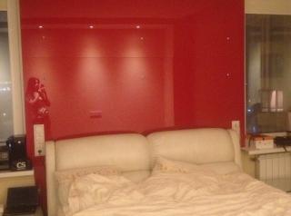 Стеновая панель из красного стекла