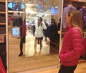 Большое зеркало в магазине